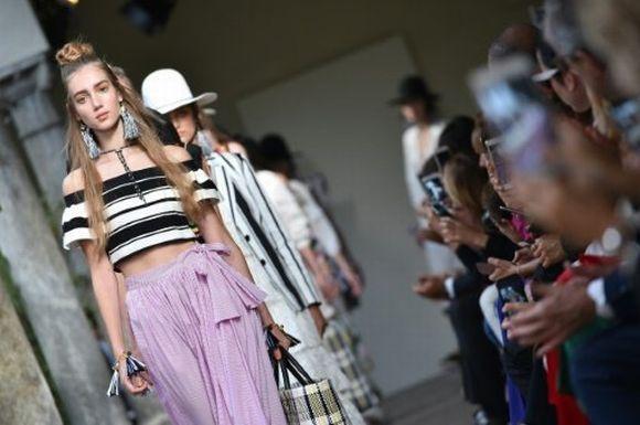 As marcas apresentam, em Milão, as novidades da moda primavera/verão 2017 (Foto: Reprodução)