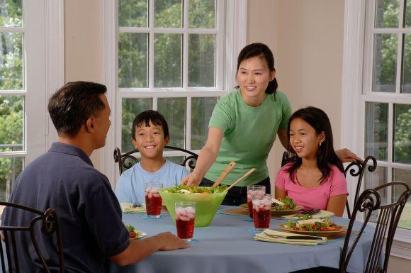 As crianças devem fazer as refeições à mesa, com toda a família (Foto Ilustrativa)