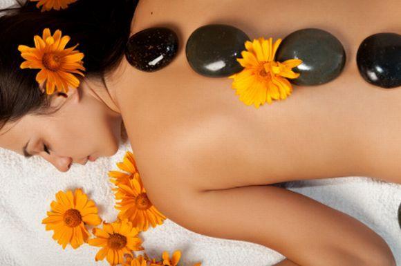 Massagem com pedras quentes (Foto Ilustrativa)