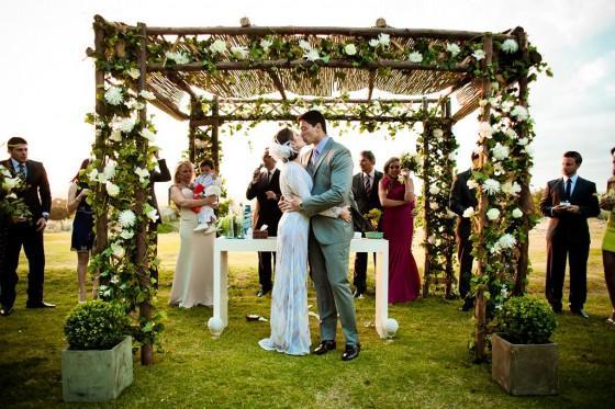 A decoração com pergolado pode mudar a cara da decoração do casamento (Foto: Divulgação)