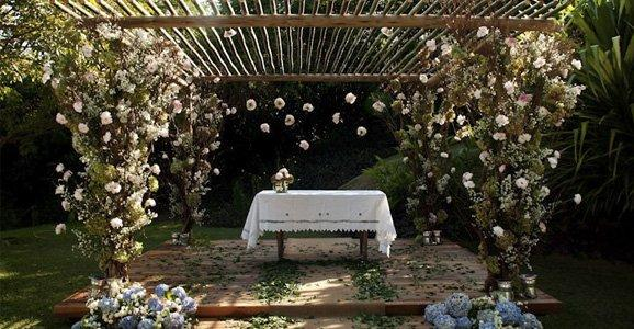 O pergolado em um casamento pode ser apresentado de diversas formas (Foto: Divulgação)
