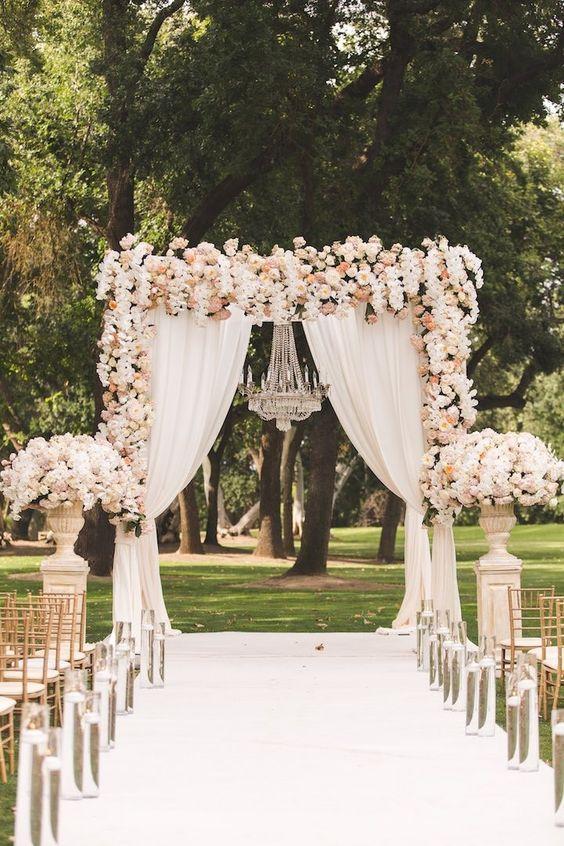 É muito comum um pergolado com flores e tecidos para um casamento no campo (Foto: Divulgação)