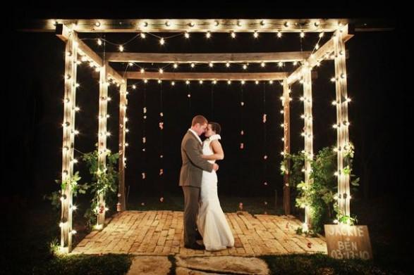 O pergolado em casamentos pode vir acompanho de iluminação também (Foto: Divulgação)