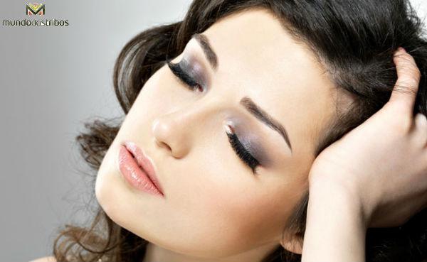 Olho esfumado em preto, equilibrado com os tons neutros do rosto (Foto: Dicas de Mulher)