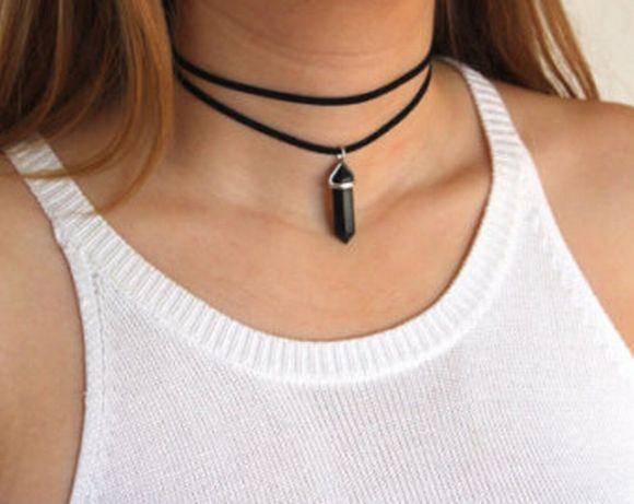 O choker se diferencia dos colares tradicionais por ficar mais colado ao pescoço (Foto Ilustrativa)