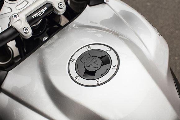 Logo da marca na tampa do tanque (Foto: Divulgação Triumph)