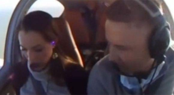 Simular um problema no avião foi a ideia deste piloto para pedir a mão da noiva (Foto: Reprodução)
