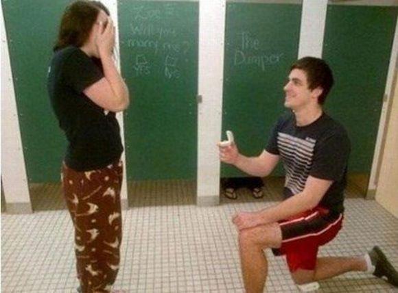 Que tal pedir a mão da amada no banheiro? (Foto: Reprodução)