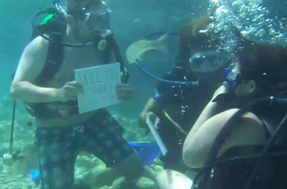 A noiva quase se afogou ao receber o pedido durante o mergulho (Foto: Reprodução)