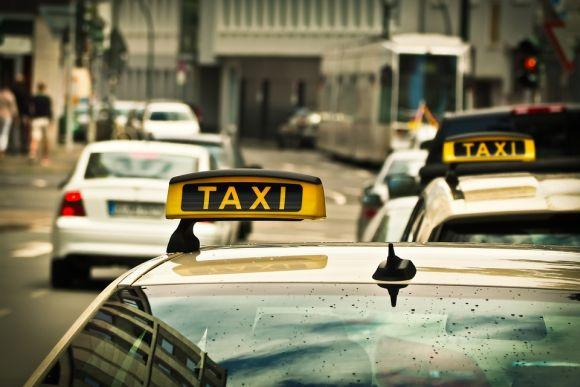 Agora, os táxis também podem circular nos corredores de ônibus mesmo sem passageiros, das 20h às 6h (Foto Ilustrativa)