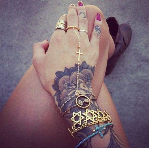 As tatuagens femininas de bracelete fazem muito sucesso (Foto Ilustrativa)