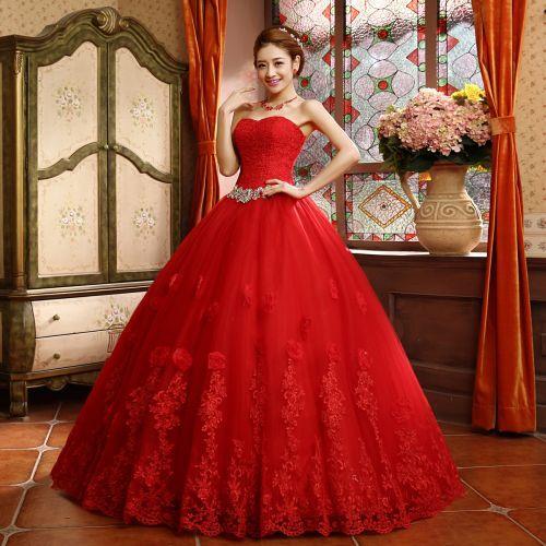 O vestido longo vermelho é uma opção para fugir do convencional (Foto Ilustrativa)