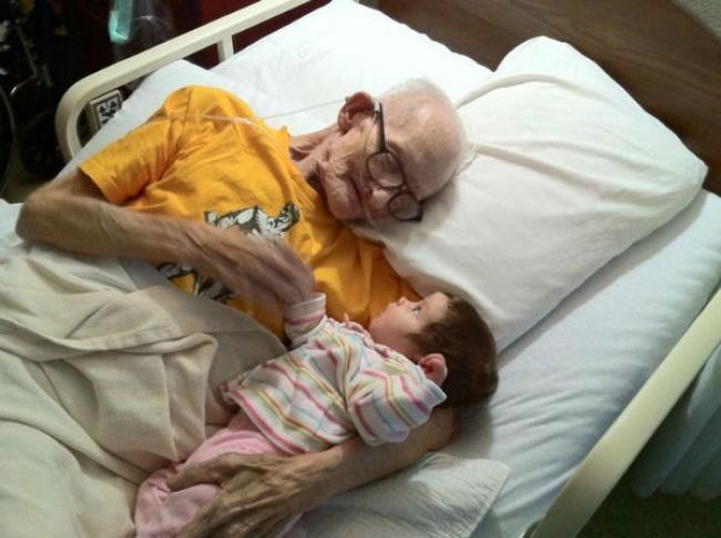 Nessa imagem emocionante o avô se despede do netinho (Foto: Divulgação)