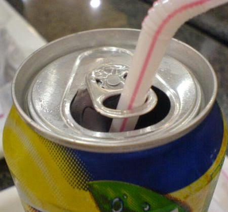 Lacre da latinha de refrigerante serve para segurar o canudinho (Foto: Divulgação)