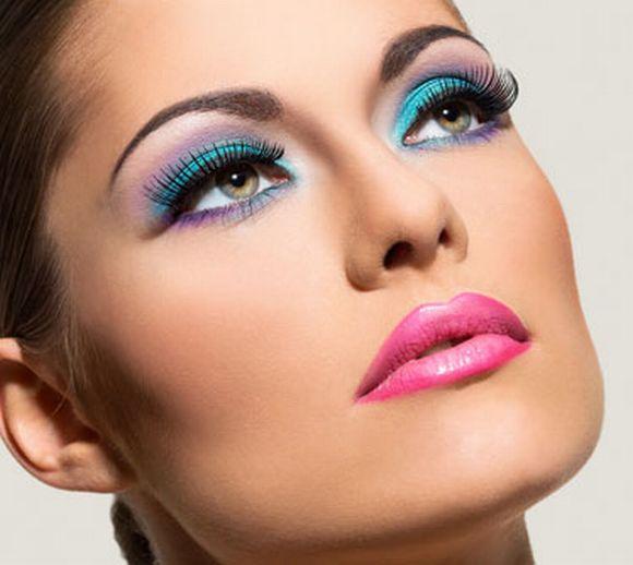 Com alguns truques simples, a maquiagem de cores fortes pode durar mais (Foto Ilustrativa)