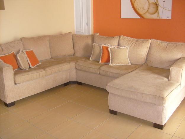 Salas De Tv Com Sofa De Canto ~ de trás almofadas cor de laranja foram intercaladas às bege