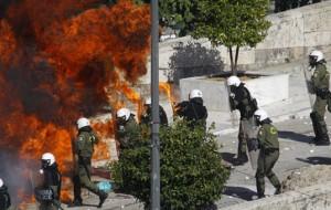 Manifestantes entram em conflito com a polícia na Grécia