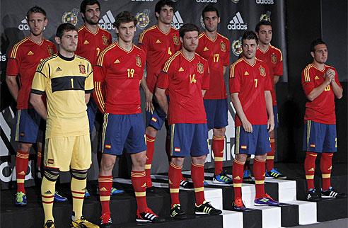 687bbe59a7 Jogadores da Espanha durante a apresentação do novo uniforme