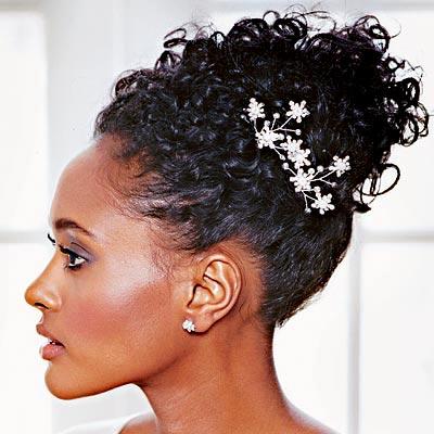 Penteado para cabelo cacheado casamento com tiaras