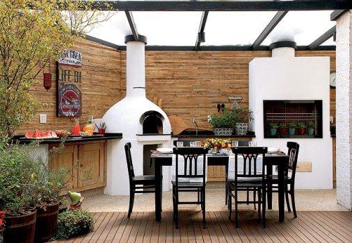 decoracao festa quintal:Espaço reservado para churrasco decorado com móveis de madeira