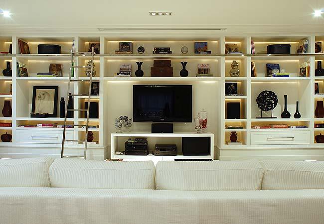 """Estante de parede inteira, elegante, feita com gesso cartonado, modifica a """"expressão"""" de sua sala, trazendo charme e funcionalidade ao ambiente"""