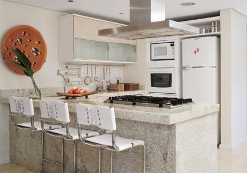 O branco otimiza o espaço da cozinha.