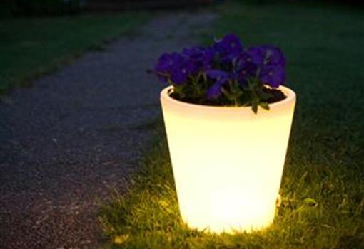 iluminacao de jardim fotos:para passeios noturnos o vaso funciona como elemento de iluminação