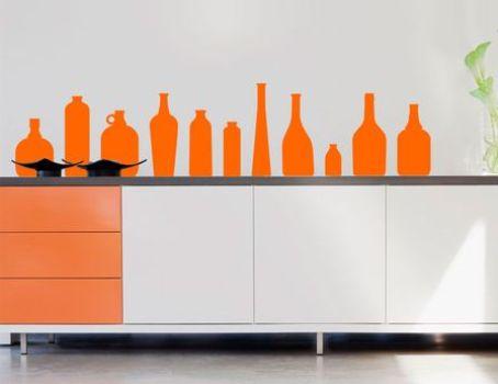 Adesivos de garrafas se alinham numa composição com o balcão.