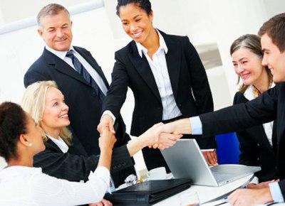 A gentileza entre os funcionários é essencial para uma boa convivência.  (Foto: Divulgação)