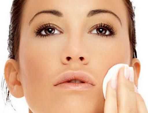 O uso de demaquilante para retirar a maquiagem garante uma pele mais saudável