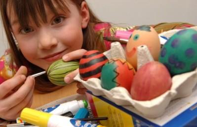 As crianças se divertem ao soltar a imaginação para decorarem ovos de Páscoa. (Foto: Divulgação)
