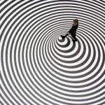 417805 ilusoes 165 Pisando no chao ou num peao 150x150 Imagens de ilusão de óptica