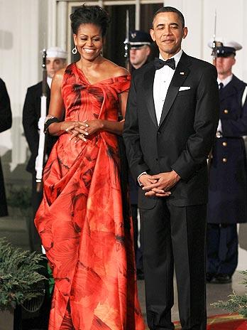 Michelle Obama selecionou vestido estampado do inglês Alexander McQueen para a ocasião formal.