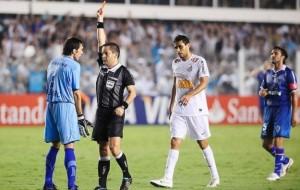 Santos vence Vélez Sarsfield  e segue disputa contra Corinthians