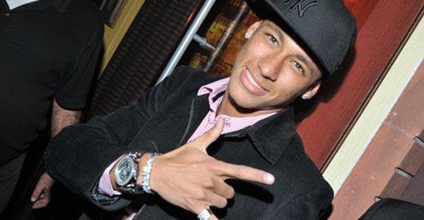 Além das belas atuações e futebol acima da média dentro de campo, Neymar também sempre chamou a atenção pelo seu visual. (Foto: divulgação)
