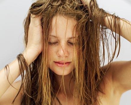 É preciso ter muito cuidado ao desembaraçar os cabelos para não arrebentar os fios. Foto:(Divulgação)
