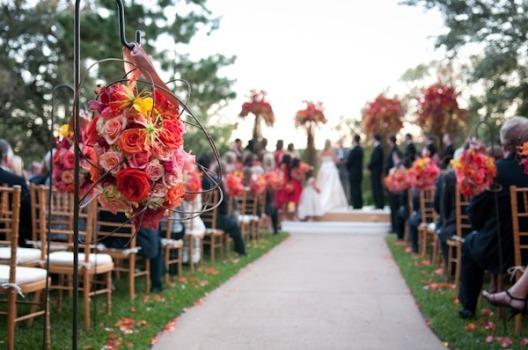 tapete vermelho e arranjos cor de rosa clima romântico e