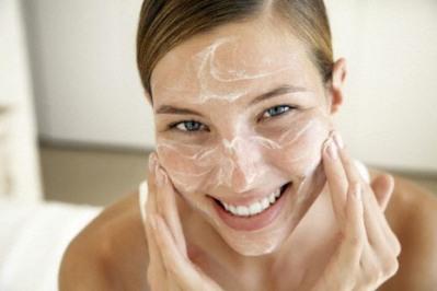 Prefira produtos em gel ou sem óleo para hidratar o rosto. (Foto: Divulgação)