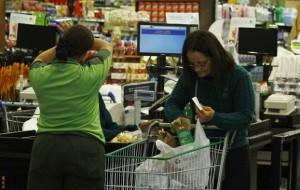Supermercados voltam a distribuir sacolas plásticas nesta quinta-feira