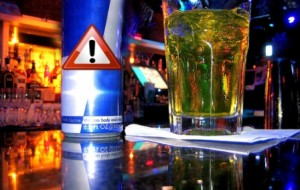 Os perigos de combinar álcool e energético