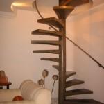 554543 Modelos de escada com corrimão suspenso são belíssimos. 150x150 Decorar sala pequena com escada