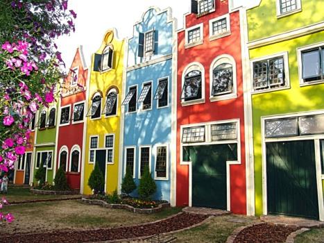 Fachadas de casas coloridas for Casa holandesa moderna