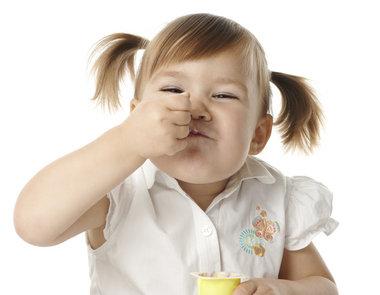 Durante o primeiro ano de vida, os pais devem estar atentos à alimentação dos bebês. (Foto divulgação)
