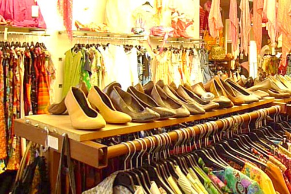A moda vintage tem impulsionado a frequência das pessoas em brechós.