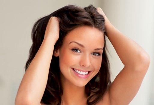 O cabelo no homem de que as vitaminas se retiram