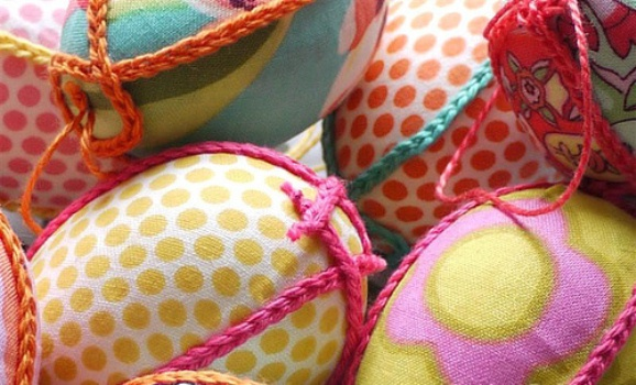 Como decorar ovos de Páscoa com tecidos