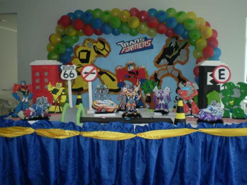 Compre balões coloridos e use cartazes para cobrir as paredes (Foto