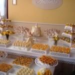 642607 A mensa de doces serve de curinga e ajuda a preencher o local. 150x150 Decoração de batizado provençal: dicas, fotos
