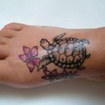 65566 Tatuagem Tartaruguinha com flores no pé 150x150 Tatuagens Femininas Delicadas No Pé