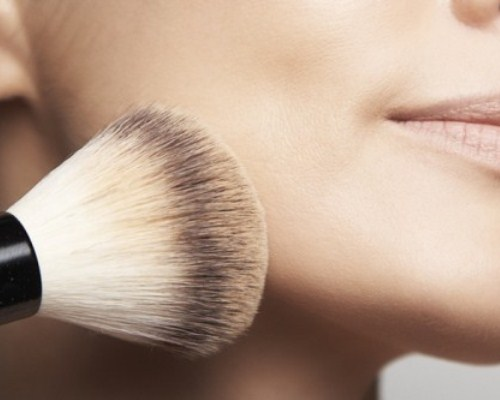 O uso do pincel evita o estímulo da oleosidade da pele (Foto: Divulgação)